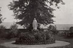 Figura Matki Bożej przy dworze