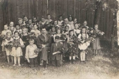 Uczniowie z nauczycielem Antonim Koczurem
