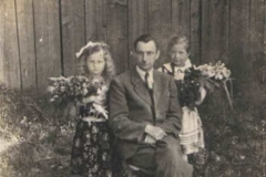 Nauczyciel Antoni Koczur z uczniami