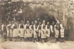 II wojna światowa, Kobiety w strojach regionalnych