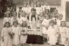 Ks. St. Żądło i dziewczynki sypiące kwiaty, 1933 r.