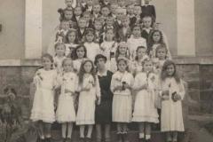 Dzieci I-komunijne z nauczycielką