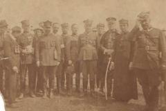 Oddział wojska polskiego z mieszkańcami wsi