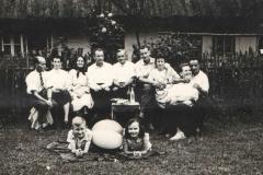 Rodzina Żaków przed swoim domem lata 50-te