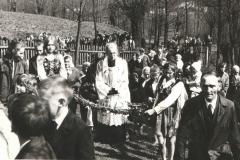Prymicjant prowadzony w wieńcu
