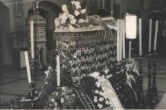 Trumna z ciałem ks. Puchalskiego w kościele