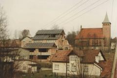 Widok na szkołę w budowie oraz nowy kościół